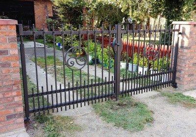 Kovový plot a brána